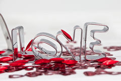 Miłość pisać z Ciastka Krajaczem Zdjęcia Stock