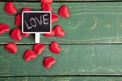 Miłość pisze z sercami fotografia stock