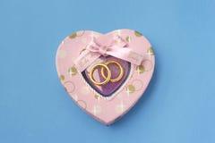 Miłość prezent z obrączkami ślubnymi Fotografia Stock