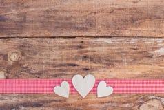 Miłość serc dekoracja na drewnianym tle Obrazy Stock