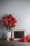 Miłość serca kształtują i opróżniają kredową deskę na drewnianym backg, czerwone róże Fotografia Stock