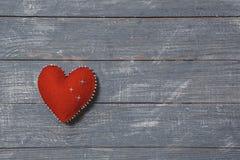 Miłość serca na drewnianym tekstury tle Walentynka dnia karty pojęcie Serce dla walentynka dnia tła Zdjęcie Royalty Free