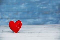 Miłość serca na drewnianym tekstury tle Walentynka dnia karty pojęcie Serce dla walentynka dnia tła Obraz Stock