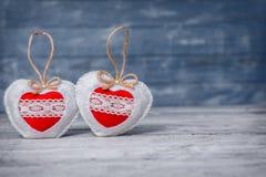 Miłość serca na drewnianym tekstury tle Walentynka dnia karty pojęcie Serce dla walentynka dnia tła Fotografia Royalty Free