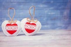 Miłość serca na drewnianym tekstury tle Walentynka dnia karty pojęcie Serce dla walentynka dnia tła Zdjęcia Royalty Free