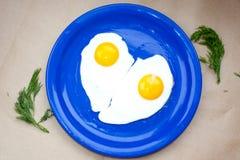 Miłość, smażący jajka serce kształtujący Zdjęcia Royalty Free