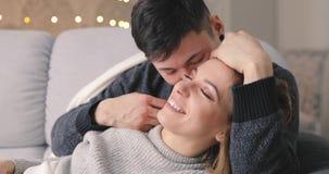 Miłość, szczęście potomstwa dobiera się uściśnięcie na kanapie w domu zbiory