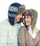 Miłość, związek i ludzie pojęć, - portret szczęśliwa uśmiechnięta para w pulowerze i zima kapeluszu odizolowywających na bielu fotografia royalty free