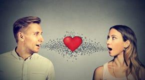 Miłość związek Obsługuje kobiety opowiada each inny czerwony serce in-between obrazy royalty free
