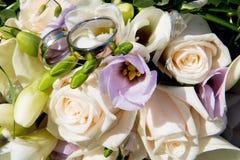 Miłości ślubny tło z złocistymi pierścionkami Obrazy Royalty Free