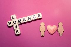 Miłości crossword bloku romansowy tekst z dwa drewnianymi postaciami dobiera się Fotografia Royalty Free