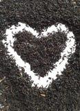 Miłości herbata Czarnej herbaty parzenia serce na białym tle Obrazy Royalty Free