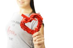 Miłości i valentines dnia kobiety mienia serce zdjęcia stock