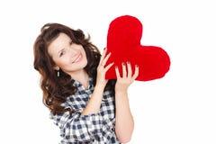 Miłości i walentynki dzień, kobieta trzyma czerwonego serce. Piękna brunetki kobieta w miłości. Zdjęcie Royalty Free