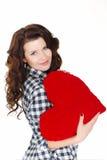 Miłości i walentynki dzień, kobieta trzyma czerwonego serce. Piękna brunetki kobieta w miłości. Obraz Stock