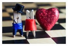 Miłości karta wewnątrz Clothespins: romantyczna para Zdjęcia Royalty Free