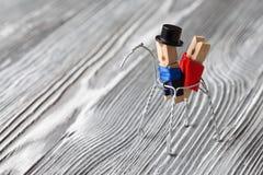 Miłości konceptualna karta Romantyczna para na koniu Clothespins: Walentynka dzień Mężczyzna i kobieta, abstrakcjonistyczny koń Fotografia Stock
