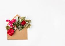 Miłości lub valentine ` s dnia pojęcie Czerwone piękne róże wewnątrz envelopen Obrazy Stock