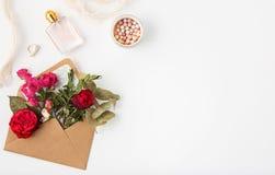 Miłości lub valentine ` s dnia pojęcie Czerwone piękne róże wewnątrz envelopen Zdjęcia Stock