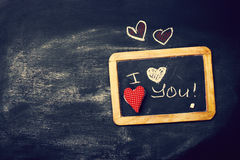 Miłości lub walentynki ` s dnia pojęcie z Chalkboard i serca na a Zdjęcie Royalty Free