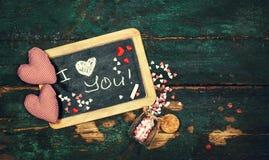 Miłości lub walentynki ` s dnia pojęcie z Chalkboard i serca na a Fotografia Royalty Free