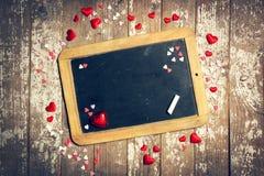 Miłości lub walentynki ` s dnia pojęcie z Chalkboard i serca na a Obrazy Stock