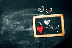 Miłości lub walentynki ` s dnia pojęcie z Chalkboard i serca na a Obraz Royalty Free