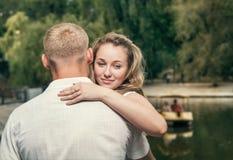 Miłości para blisko stawu Fotografia Royalty Free