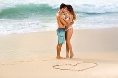 Miłości para na plaży fotografia royalty free