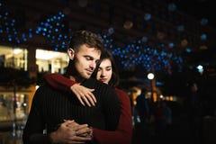 Miłości para w nocy mieście odczucia Miłość Zdjęcia Stock