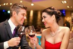 Miłości pary wznosić toast zdjęcie stock