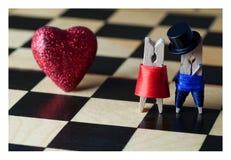Miłości pojęcia karta Clothespins: romantyczna para na kafelkowej ziemi Fotografia Royalty Free