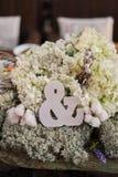 Miłości pojęcie ampersand znak symbolizować związek ślubną dekorację, ampersand symbol w kwiatu przygotowania fotografia royalty free
