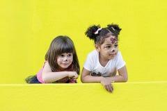miłości pojęcie między dwa dziewczyn różnymi rasami Obraz Stock