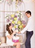 Miłości pojęcie - Romantyczna para uśmiecha się serce i trzyma Fotografia Stock