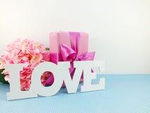 Miłości słowa kopia z prezenta i kwiatu zamkniętym up tłem zdjęcie royalty free