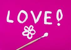 Miłości słowo z kwiatem malującym na menchiach Obrazy Royalty Free