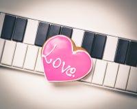 Miłości serce na Muzycznej klawiaturze dla valentines i muzycznej miłości Zdjęcia Royalty Free