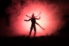Miłości walentynki ` s dnia pojęcie Sillhouette słodcy potomstwa dobiera się w miłości stoi w polu i ściska na zmrok tonującym mg Fotografia Stock
