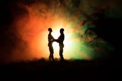 Miłości walentynki ` s dnia pojęcie Sillhouette słodcy potomstwa dobiera się w miłości stoi w polu i ściska na zmrok tonującym mg Fotografia Royalty Free