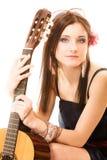 Miłośnik muzyki, lato dziewczyna z gitarą odizolowywającą Obrazy Stock