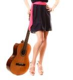 Miłośnik muzyki, lato dziewczyna z gitarą odizolowywającą Zdjęcia Stock