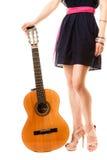 Miłośnik muzyki, lato dziewczyna z gitarą odizolowywającą Obraz Royalty Free