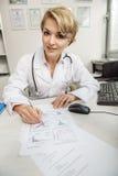 Miły żeński medyczny advisor robi jej pracie Zdjęcie Royalty Free