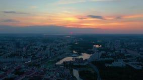 MIŃSKI, BIAŁORUŚ - MAJ, 2019: Widok z lotu ptaka Nemiga i Pobeditelei, centrum miasta od góry zbiory wideo