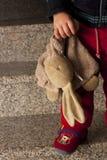 Miś pluszowy w rękach dziecko Obrazy Royalty Free