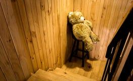 Miś siedzi na krześle obraz stock
