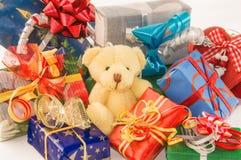 Miś siedzi z rozsypiskiem prezentów pudełka Zdjęcie Royalty Free