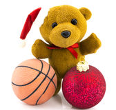 Miś z czerwonymi Bożenarodzeniowymi piłkami, koszykówki piłką i Christm/ fotografia royalty free