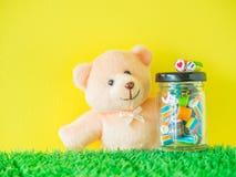 Miś zabawki spojrzenia przy czerwonym serca i zieleni smiley stawiają czoło cukierek Fotografia Royalty Free